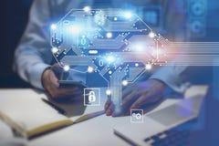 Mens met laptop en telefoon in bureau, AI hersenen royalty-vrije stock foto's