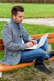Mens met Laptop in het Park stock fotografie