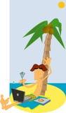 Mens met laptop op tropisch strand Stock Foto
