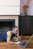 Mens met laptop thuis royalty-vrije stock afbeeldingen