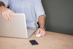 Mens met laptop wordt geschokt die bij wat hij ziet royalty-vrije stock foto