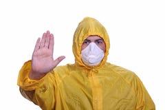 Mens met masker en regenbescherming Stock Foto's