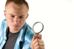 Mens met meer magnifier Stock Afbeelding