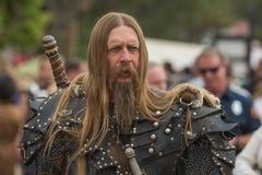 Mens met middeleeuws kostuum stock afbeeldingen