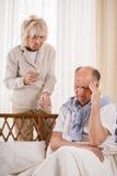 Mens met migraine die pijnstiller nemen stock foto