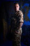 Mens met militaire eenvormig Royalty-vrije Stock Foto's