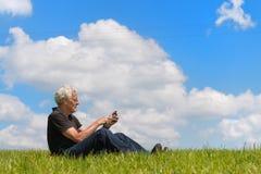 Mens met mobiele telefoon Stock Foto
