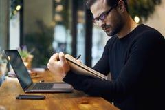 Mens met mobiele telefoon en CEO om project te bevestigen werken die binnen digitale apparaten met behulp van Stock Foto
