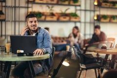 Mens met mobiele telefoon in koffie royalty-vrije stock afbeelding