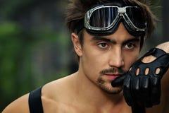 Mens met motorfietsbeschermende brillen en handschoenen Stock Afbeeldingen