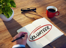 Mens met Notastootkussen en Vrijwilligersconcept Stock Afbeelding