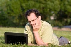 Mens met notitieboekje Stock Foto