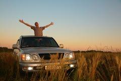 Mens met offroad auto op gebied Royalty-vrije Stock Fotografie