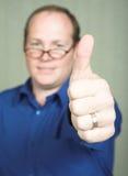 Mens met omhoog duimen Royalty-vrije Stock Afbeeldingen