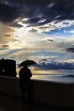 Mens met paraplu tijdens onweer Royalty-vrije Stock Foto