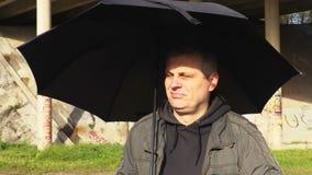 Mens met paraplu zonnige dag stock footage