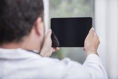 Mens met PC van de Tablet Royalty-vrije Stock Afbeeldingen