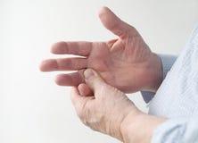 Mens met pijnlijke vinger Stock Foto