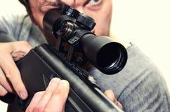 Mens met pneumatisch geweer stock foto's