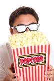 Mens met popcornemmer en 3D glazen Stock Fotografie
