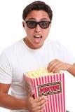 Mens met popcornemmer en 3D glazen Stock Afbeelding