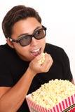 Mens met popcornemmer en 3D glazen Stock Foto's