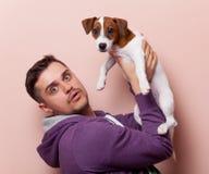 Mens met puppy Royalty-vrije Stock Foto's