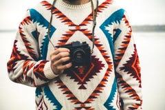 Mens met retro Levensstijl van de de Manierreis van de fotocamera Stock Foto's