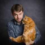 Mens met rode kat Stock Afbeeldingen