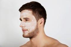 Mens met roomvochtinbrengende crème op zijn gezicht Royalty-vrije Stock Fotografie
