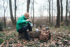 Mens met rugzak in wild bos Royalty-vrije Stock Afbeeldingen