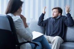 Mens met schizofrenie tijdens psychotherapie Stock Afbeeldingen