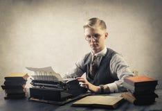 Mens met schrijfmachine royalty-vrije stock afbeelding