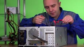 Mens met schroevedraaier het bevestigen computer en verbindende draden stock footage