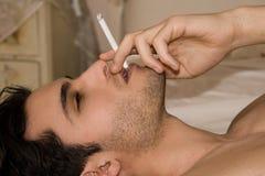 Mens met sigaret Royalty-vrije Stock Foto