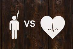 Mens met sigaret en hart met echocardiogram Houd met op rokend en bespaar geld stock foto