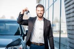 Mens met sleutels dichtbij de auto royalty-vrije stock foto's