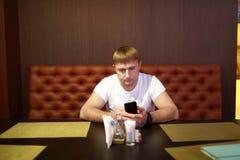 Mens met smartphone royalty-vrije stock afbeelding