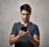 Mens met smartphone royalty-vrije stock fotografie