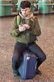 Mens met smartphone bij de luchthaven Stock Foto's