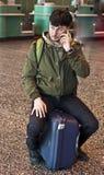 Mens met smartphone bij de luchthaven Royalty-vrije Stock Afbeelding