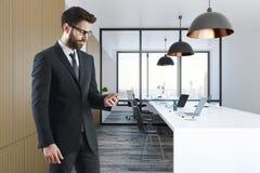 Mens met smartphone in bureau Stock Fotografie