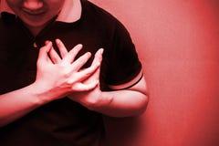 Mens met streng hartzeer, die aan borstpijn lijden stock afbeeldingen