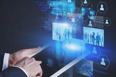 Mens met tablet die met de virtuele schermen werken royalty-vrije stock fotografie