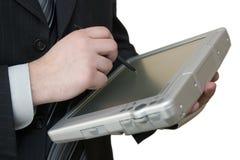 Mens met tablet-PC in handen stock foto