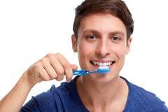 Mens met tandenborstel stock foto