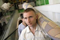 Mens met tapijt Stock Foto