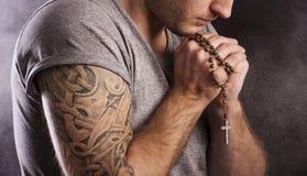 Mens met tatoegering stock afbeelding