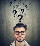 Mens met teveel vragen en geen antwoord stock afbeeldingen