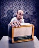 Mens met uitstekende radio stock afbeeldingen